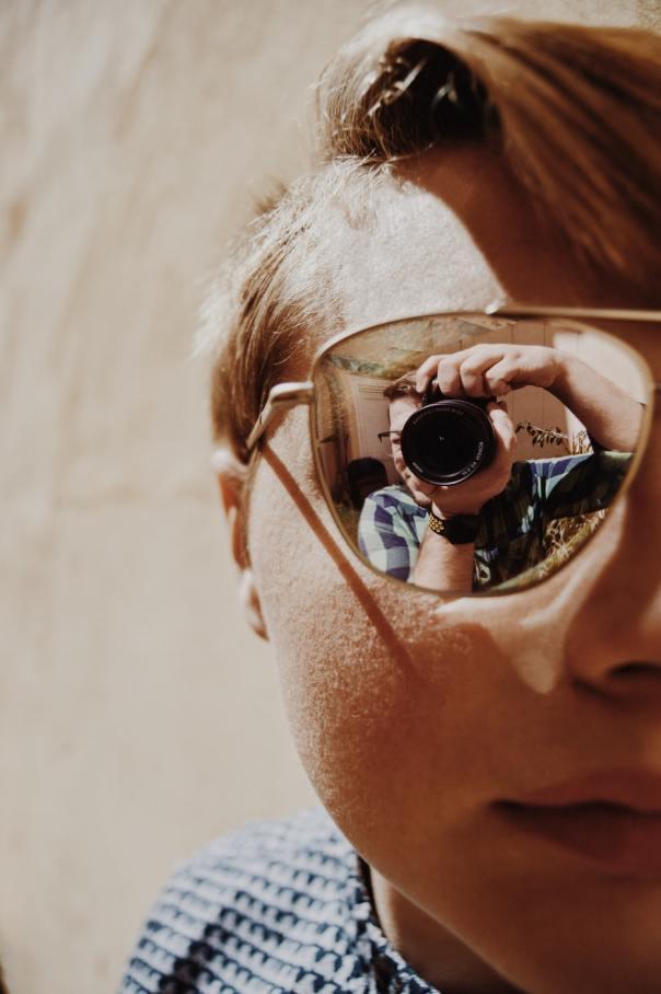 picture into refleccting sunglasses